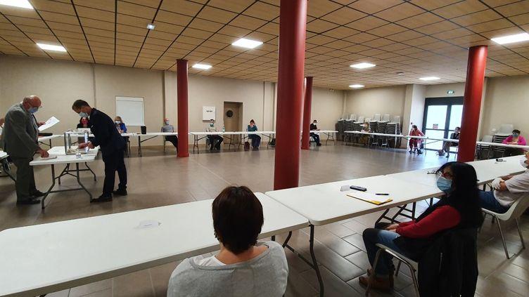 C'est espacés de plus d'un mètre que les conseillers municipaux du Val-d'Aigou (Gard) on élu le nouveau maire, samedi 23 mai. (BORIS LOUMAGNE / RADIO FRANCE)