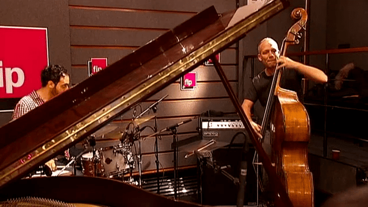 """Le """"Avishai Cohen Trio"""" dans les studios de la radio FIP  (France 3 culturebox)"""