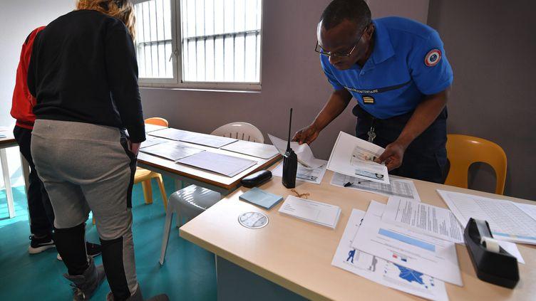 Une détenue de la maison d'arrêt de Sequedin (Lille) vote aux européennes, le 20 mai 2019. (MAXPPP)