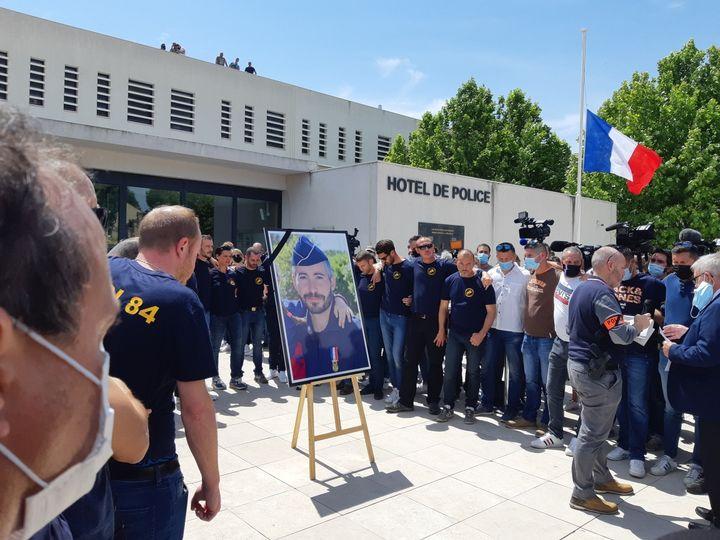 Un hommage à Éric Masson est organisé devant le commissariat d'avignon (09 mai 2021). (JEROME JADOT/ FRANCEINFO)