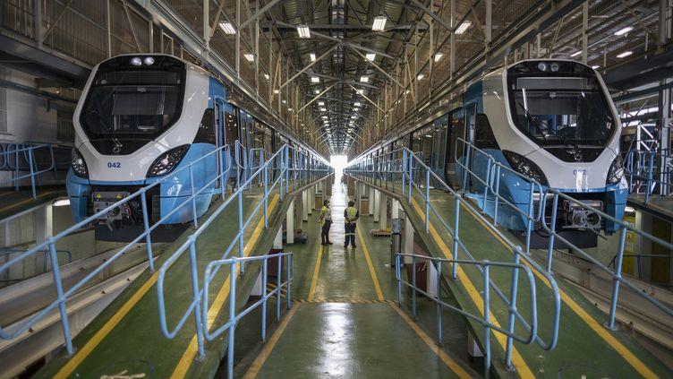 Les nouveaux trains de banlieue sud-africains, construits en collaboration avec le français Alstom, dans l'entrepôt de Wolmerton près de Prétoria, le 10 mars 2021. (MICHELE SPATARI / AFP)