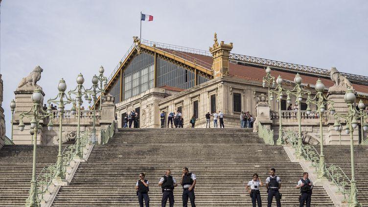 Le grand escalier de la gare Saint-Charles de Marseille bloqué par des policiers après une attaque au couteau, le 1er octobre 2017. (FABIEN COURTITARAT / HANS LUCAS / AFP)