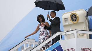 Barack et Michelle Obama, le président et le première dame des Etats-Unis, descendent de Air Force One à leur arrivée à La Havane (Cuba). (CARLOS BARRIA / REUTERS)