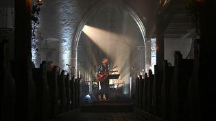 Rodolphe Burger en concert en live streaming depuis la chapelle de Saint-Pierre-sur-l'Hâte à Sainte-Marie-aux-Mines dans le Haut-Rhin, le 14 novembre 2020. (FREDERICK FLORIN / AFP)