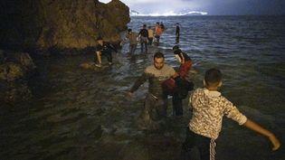 DesMarocainstentent de rejoindre les rives espagnoles de Ceuta depuis Fnideq (Maroc), le 18 mai 2021. (FADEL SENNA / AFP)