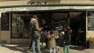 ÀBayonne (Pyrénées-Atlantiques), une laverie s'est transformée en véritable lieu de vie. (CAPTURE ECRAN FRANCE 2)