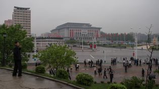 Des journalistes étrangers devant le Palais du 25 avril, à Pyongyang, en Corée du Nord, le 6 mai 2016. (ED JONES / AFP)