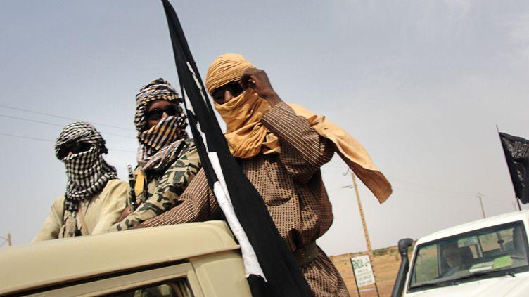 Des membres du groupe islamiste du Mujao patrouillent près de l'aéroport de Gao, dans le nord du Mali, le 7 août 2012. (ROMARIC OLLO HIEN / AFP)