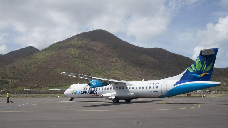Un avion apportant des renforts humains et se préparant à évacuer des personnes sinistrées vers la Guadeloupe, à l'aéroport de Grand-Case (Saint-Martin), le 21 septembre 2017. (HELENE VALENZUELA / AFP)
