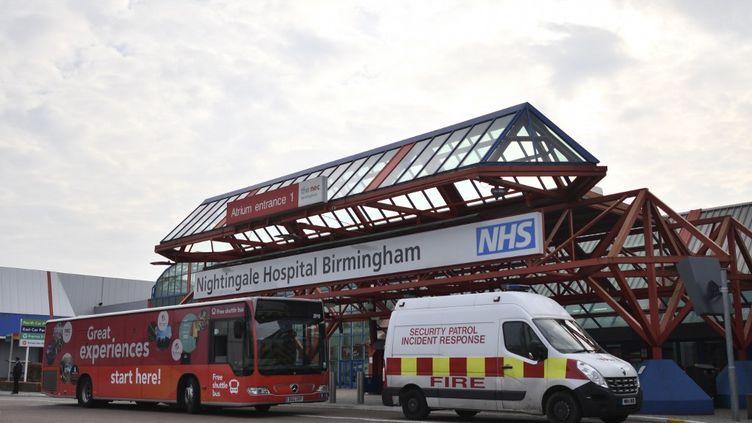La signalisation à l'extérieur de l'hôpital Nightingale de Birmingham en cours de création à l'intérieur du Centre national des expositions de Birmingham, dans le centre de l'Angleterre, le 9 avril 2020. (illustration) (JUSTIN TALLIS / AFP)