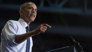 Barack Obama donne un discours lors d'un meeting de soutien à Hillary Clinton, le 3 novembre 2016, à Jacksonville (Floride). (NICHOLAS KAMM / AFP)