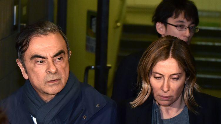 Carole Ghosn et son mari Carlos, quittant le bureau de son avocat Junichiro Hironaka à Tokyo, au Japon, le 3 avril 2019. (KAZUHIRO NOGI / AFP)