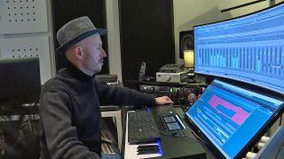 Le musicien éléctro Wax Tailor dans son studio de Vernon dans l'Eure (France 3 Normandie)