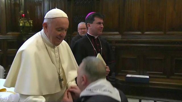 pape refuse baisemain
