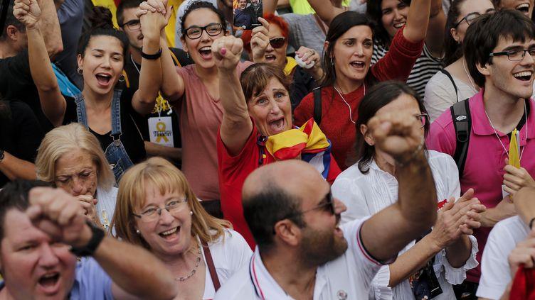 Des indépendantistes célèbrent la déclaration d'indépendance de la Catalogne à Barcelone, le 27 octobre 2017. (PAU BARRENA / AFP)