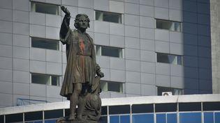 La statue de Christophe Colomb, le 9 juin 2020, recouverte de peinture rouge par des manifestants (GUILLERMO GUTI?RREZ / NURPHOTO)