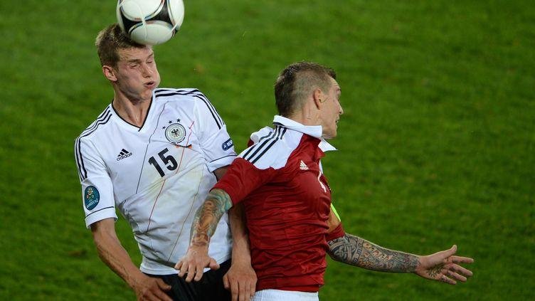 Le milieu de terrain Lars Bender (G) a marqué le premier but allemand contre le Danemark, dimanche 17 juin. (PATRIK STOLLARZ / AFP)