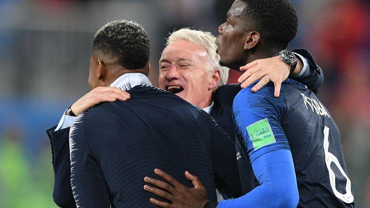 Le sélectionneur des Bleus Didier Deschamps fête la qualification en finale avec Presnel Kimpembe et Paul Pogba, le 10 juillet 2018 à Saint-Pétersbourg (Russie). (VLADIMIR ASTAPKOVICH / SPUTNIK)