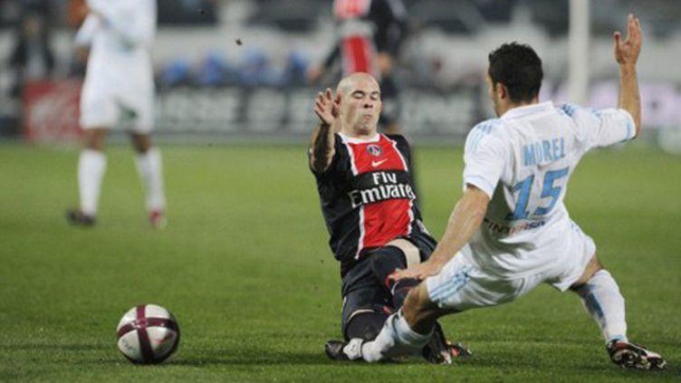 Christophe Jallet (PSG) et Jérémy Morel (OM) à la lutte pour la balle