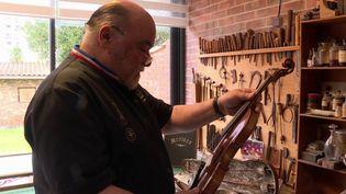 France 3 a rencontré un luthier de renom international, installé à Bordeaux (Gironde). Même le FBI fait appel à ses connaissances. (France 3)