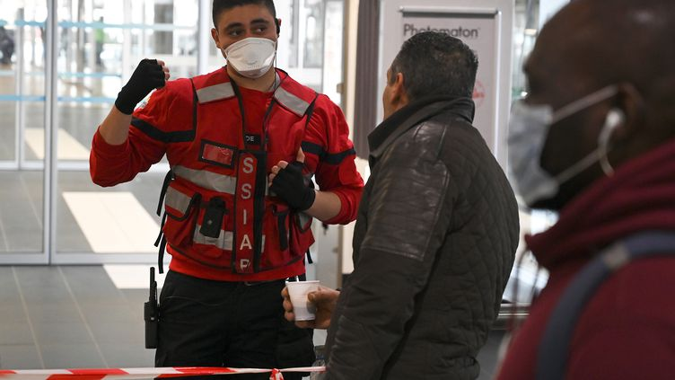A Lyon-Perrache, à la gare ferroviaire et routière, une zone de sécurité est délimitée autour de l'arrivée d'un bus en provenance de Milan, le lundi 24 février 2020. (JEAN-PHILIPPE KSIAZEK / AFP)