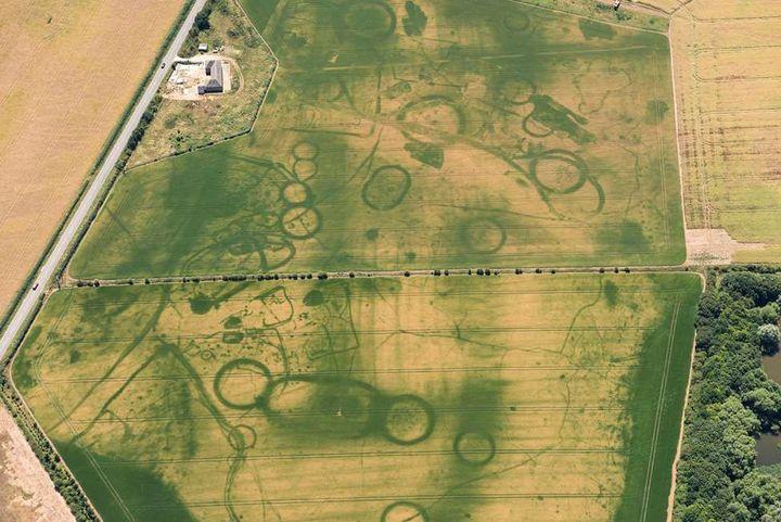 Le paysage près de Eynsham, Oxfordshire, révèle des monuments funéraires préhistoriques enfouis.  (Historic England)