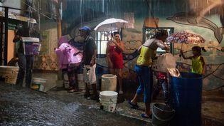 A La Bombilla, au Venezuela, des habitants tentent de récupérer de l'eau de pluie alors que le pays est en proie à une grave sécheresse, le 22avril 2016. (MIGUEL GUTIERREZ/SIPA / EFE / SIPA)