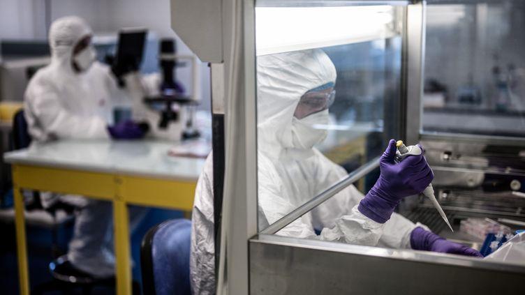 Des chercheurs au laboratoire VirPath, à Lyon, le 5 février 2020. (JEFF PACHOUD / AFP)