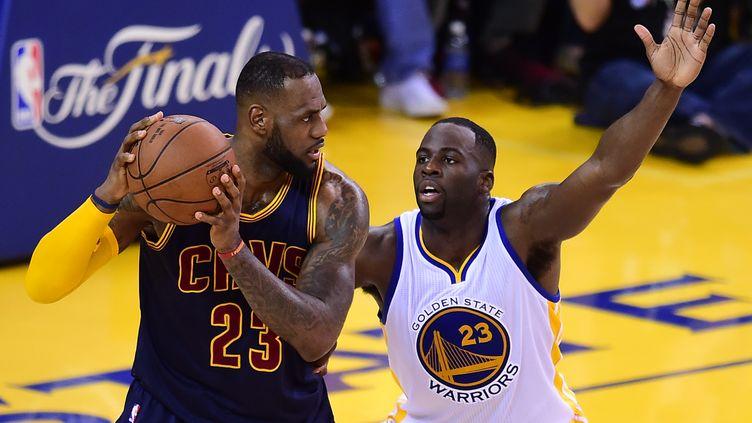 LeBron James face à Draymond Green en finale NBA (FREDERIC J. BROWN / AFP)