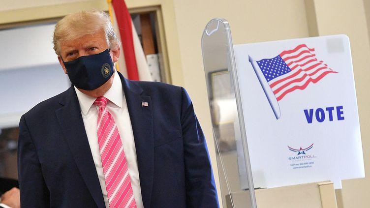 Donald Trumppeu après avoir déposéson bulletin de vote, à West Palm Beach, Floride, le 24 octobre 2020. (MANDEL NGAN / AFP)