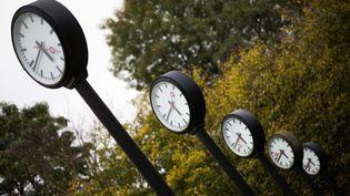 Des horloges dans un parc de Düsseldorf (Allemagne), le 25 octobre 2017. (ROLF VENNENBERND / DPA / AFP)