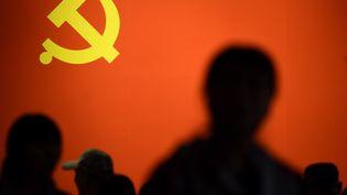 Le drapeau du parti communiste chinois lors d'une exposition à Pékin, en octobre 2017. (WANG ZHAO / AFP)