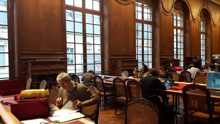 La salle de lecture du département des Manuscrits de la BNF qui conserve la plus importante collection au monde de manuscrits médiévaux, modernes et contemporains. (ANNE CHEPEAU / RADIO FRANCE)
