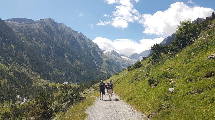 Randonnée dans les Pyrénnées près de Cauteret et du lac de Gaube pour puiser de l'énergie dans la dernière ligne droite olympique. (CECILIA BERDER / FRANCEINFO / RADIO FRANCE)