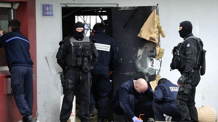 Des officiers de police à l'oeuvre sur les lieux de l'évasion de Redoine Faïd, le 13 avril, à la maison d'arrêt de Sequedin (Nord). (PHILIPPE HUGUEN / AFP)