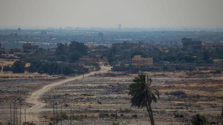 Des jihadistes de la branche égyptienne de l'organisation Etat islamique s'en prennent à des checkpoints militaires dans le Sinaï égyptien, jeudi 2 juillet 2015. (MHMED ALI / CITIZENSIDE.COM / AFP)