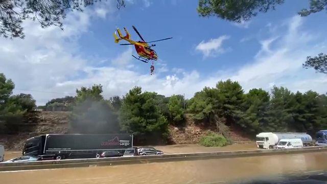 Météo : un homme évacuée de l'autoroute A9 inondée