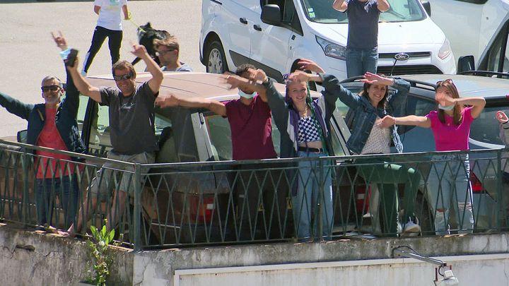 Sur les notes des Dudes, le public danse dans la rue ou depuis les balcons du quartier de l'avanueNoëlFranchini à Ajaccio (France 3 Corse)