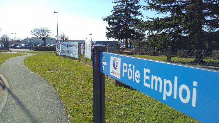 Panneau de Pôle emploi dans unezone d'activité de Mont-val-sur-Loir (Sarthe). (ALEXANDRE CHASSIGNON / FRANCE-BLEU MAINE)