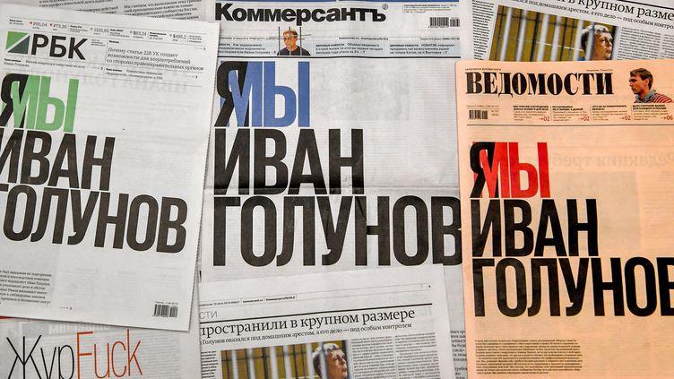 """""""Je suis, nous sommes Ivan Golounov"""", proclament en une les journaux russes """"Kommersant"""", """"Vedomosti"""" et """"RBK"""", le 10 juin 2019. (YURI KADOBNOV / AFP)"""