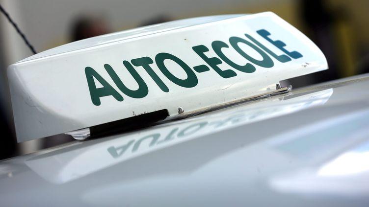 Une voiture d'auto-école. (Illustration). (LIONEL VADAM / MAXPPP)