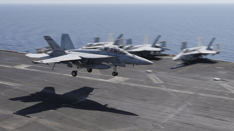 Des avions de combat américains sur un porte-avion stationné dans le golfe persique, le 18 juin 2015. (photo d'illustration) (HAMAD I MOHAMMED / REUTERS)