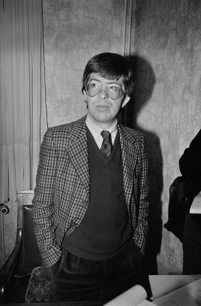 Le juge d'instruction chargé de l'affaire Grégory, Jean-Michel Lambert, dans son bureau à Epinal (Vosges), le 5 novembre 1984. (JEAN-CLAUDE DELMAS / AFP)