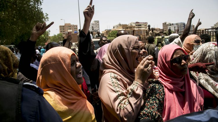 Devant le tribunal de Khartoum, au Soudan, où comparaissent l'ancien président soudanais Omar el-Béchir et plus de 20 anciens responsables du régime, le 1er septembre 2020. (MAHMOUD HJAJ / ANADOLU AGENCY)