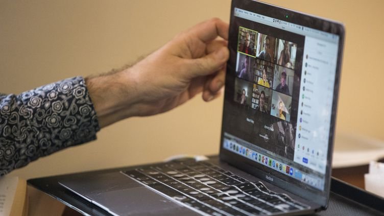 Une viséoconférence sur un écran d'ordinateur portable. Photo d'illustration. (BOSTON GLOBE / BOSTON GLOBE / GETTYIMAGES)