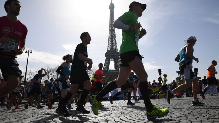 Parmi les 57 000 coureurs du marathon de Paris. (ERIC FEFERBERG / AFP)