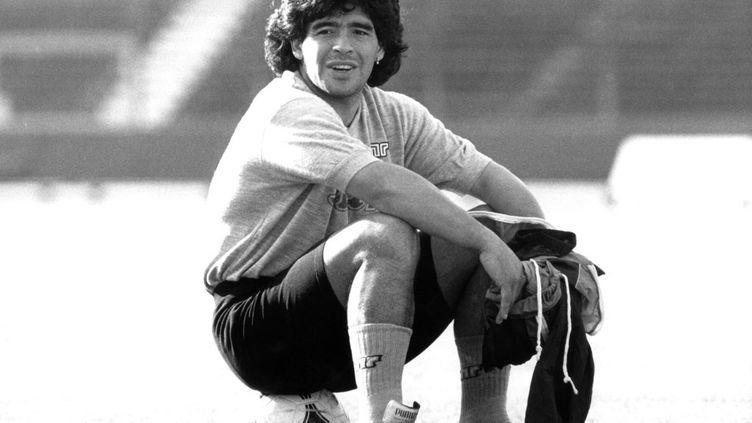 Diego Maradona durant un entraînement de Naples à Stuttgart, en Allemagne, le 16 mai 1989. (NORBERT FORSTERLING / DPA / AFP)