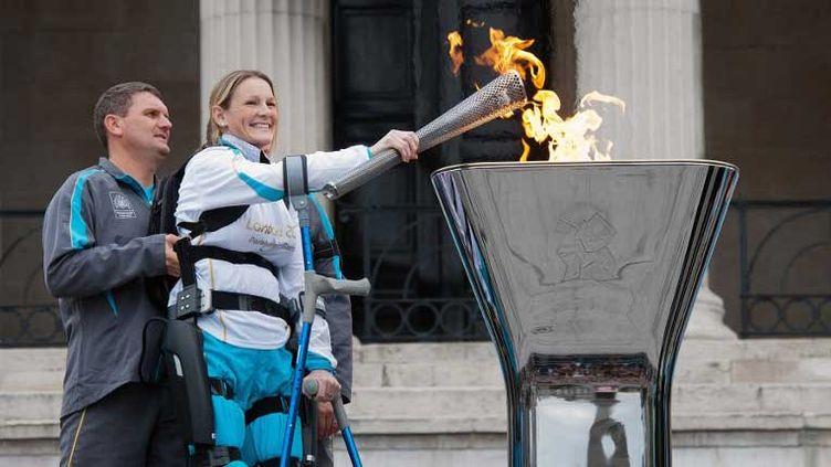 Claire Lomas allume la flamme des Paralympiques