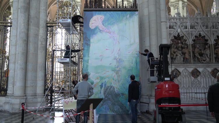 """Installation des oeuvres de l'expo """"Le 9e art dessine la cathédrale d'Amiens"""" - Octobre 2021 (C. Jean-Pierre / France Télévisions)"""