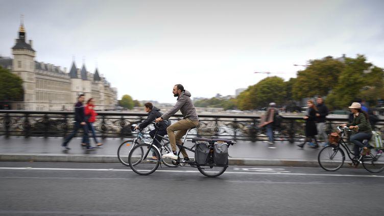 Des cyclistes devant la Conciergerie à Paris, le 1er octobre 2017. (ERIC FEFERBERG / AFP)